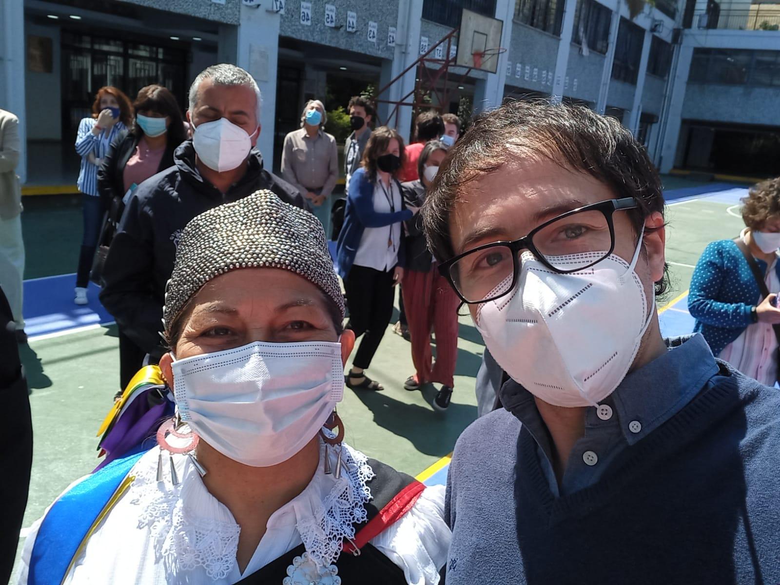 Juan Pablo Durbey, de ONG Canales, posa junto a la presidenta de la Convención Constitucional, Elisa Loncón
